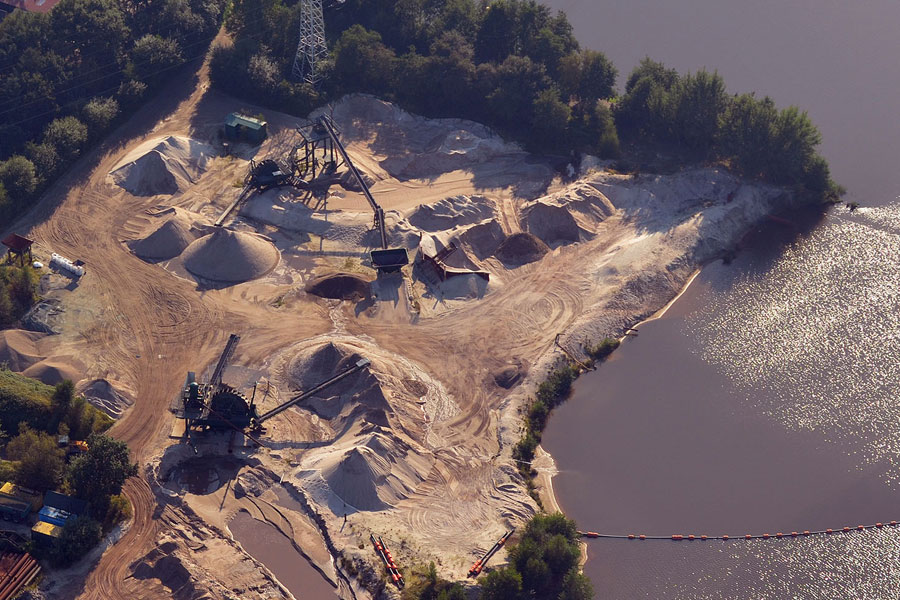 Foto zeigt Industrielle Bodenbearbeitung in Gewässernähe