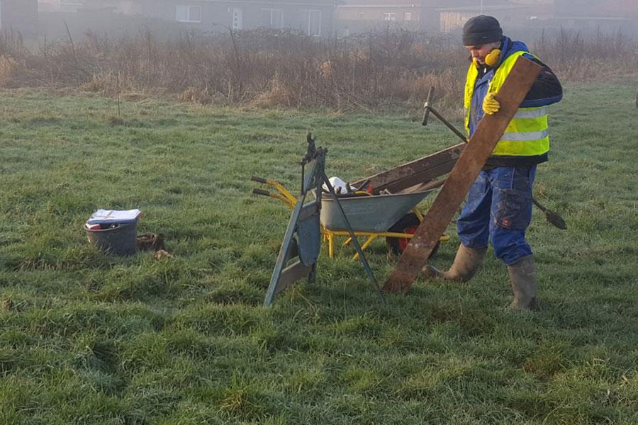 Foto zeigt einen H&M Ingenieurbüro-Mitarbeiter bei der Arbeit im freien Feld | Bodenschutz und Altlasten